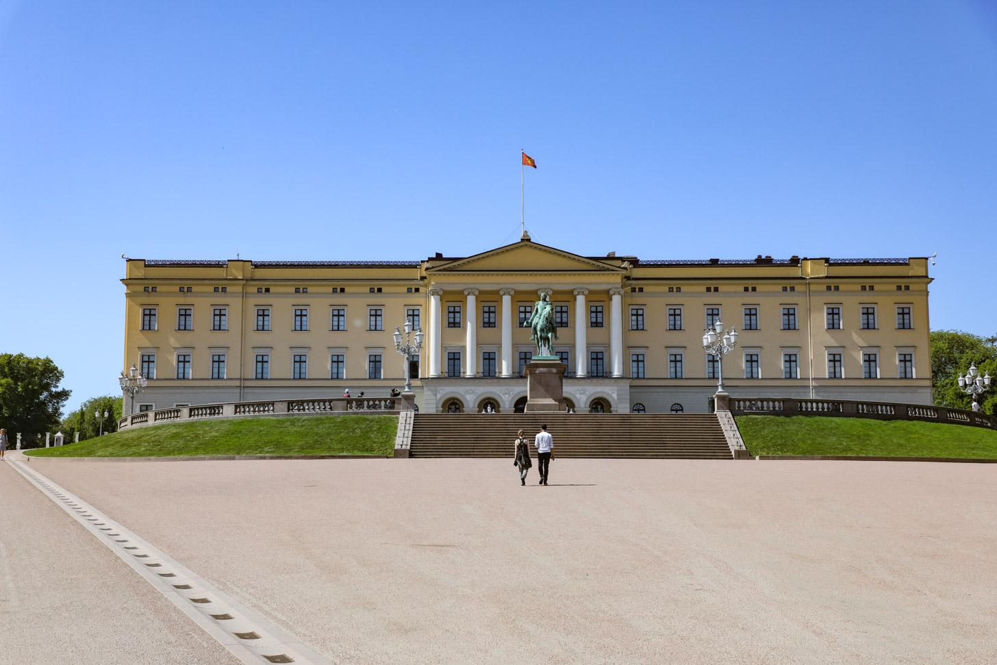 Het statige koninklijk paleis van Oslo.