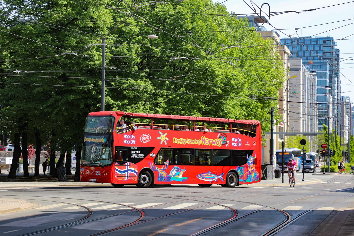 De hop on, hop off toeristenbus is geliefd onder toeristen