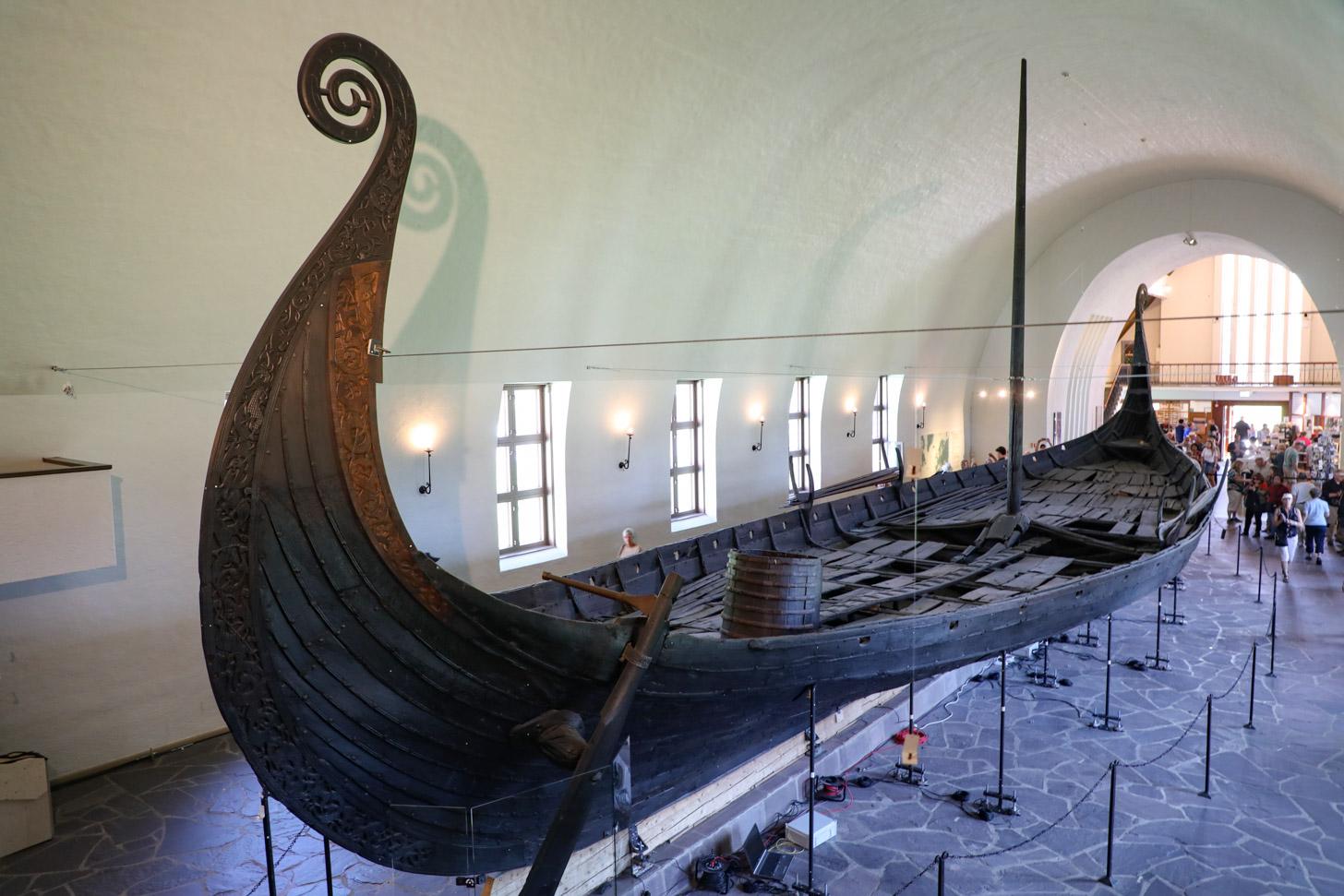 Een ruim duizend jaar oud vikingschip in het Vikingskipshuset