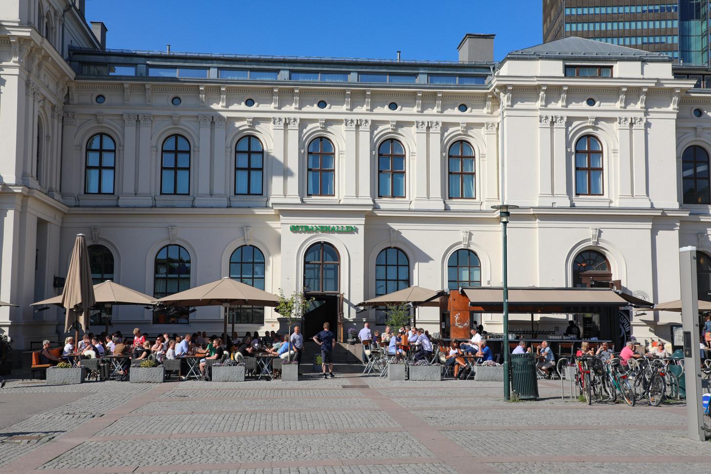 Een terras in zonnig Oslo